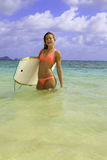 Muchacha con su boogieboard Fotografía de archivo