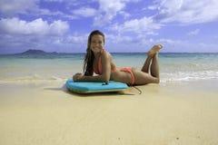 Muchacha con su boogieboard Imagen de archivo libre de regalías