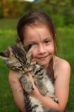 Muchacha con su gatito Foto de archivo