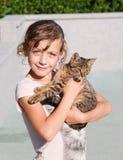 Muchacha con su gatito Fotos de archivo