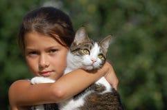 Muchacha con su gato Fotografía de archivo