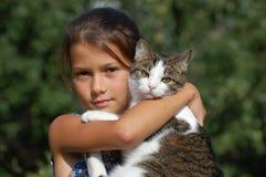 Muchacha con su gato Fotografía de archivo libre de regalías