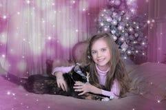 Muchacha con su gato Foto de archivo libre de regalías