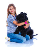 Muchacha con su Kerry Blue Terrier Imagen de archivo