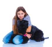 Muchacha con su Kerry Blue Terrier Foto de archivo libre de regalías