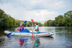 Muchacha con su madre kayaking Fotografía de archivo