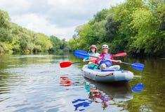 Muchacha con su madre kayaking Imágenes de archivo libres de regalías
