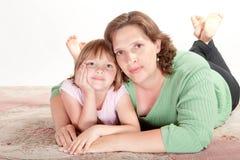 Muchacha con su mama Imagenes de archivo