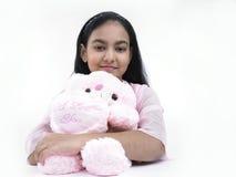 Muchacha con su oso de peluche rosado Imágenes de archivo libres de regalías