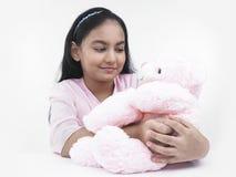 Muchacha con su oso de peluche rosado Imagenes de archivo