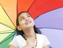 Muchacha con su paraguas del arco iris Fotos de archivo