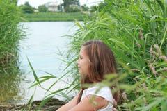Muchacha con su pelo abajo en el río en un día de verano foto de archivo libre de regalías