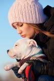 Muchacha con su perrito blanco Imagen de archivo libre de regalías