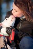 Muchacha con su perrito blanco Foto de archivo