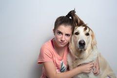 Muchacha con su perro Imagen de archivo libre de regalías