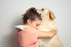 Muchacha con su perro Foto de archivo libre de regalías