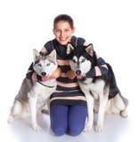 Muchacha con su perro esquimal Imagen de archivo libre de regalías