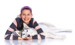 Muchacha con su perro esquimal Fotografía de archivo