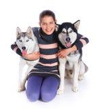 Muchacha con su perro esquimal Fotos de archivo libres de regalías