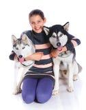 Muchacha con su perro esquimal Fotos de archivo