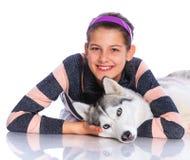 Muchacha con su perro esquimal Imagenes de archivo