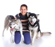 Muchacha con su perro esquimal Imágenes de archivo libres de regalías