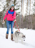 Muchacha con su perro lindo Foto de archivo