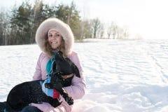 Muchacha con su perro lindo Imagenes de archivo