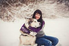 Muchacha con su perro lindo Fotos de archivo libres de regalías