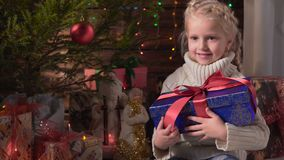 Muchacha con su regalo de la Navidad metrajes