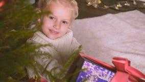 Muchacha con su regalo de la Navidad almacen de video
