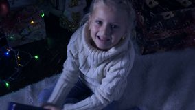 Muchacha con su regalo de la Navidad almacen de metraje de vídeo