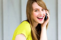 Muchacha con su teléfono móvil Fotografía de archivo