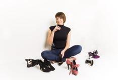 Muchacha con sus zapatos, fondo blanco Fotografía de archivo