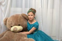 Muchacha con teddybear enorme Foto de archivo libre de regalías