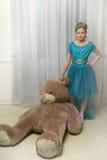 Muchacha con teddybear enorme Fotografía de archivo