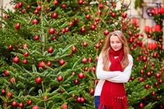 Muchacha con un árbol de navidad brillantemente adornado Fotos de archivo libres de regalías