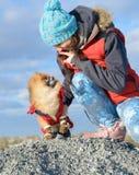 Muchacha con un animal doméstico Fotos de archivo libres de regalías