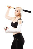 Muchacha con un bate de béisbol y una bola quebrados de la tenencia de brazo Foto de archivo libre de regalías