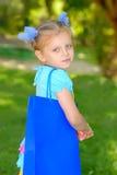 Muchacha con un bolso con las compras en parque Fotos de archivo