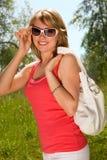 Muchacha con un bolso en el parque Fotografía de archivo libre de regalías