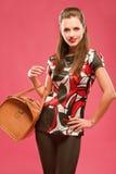 Muchacha con un bolso grande Foto de archivo libre de regalías