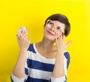 Muchacha con un buñuelo Imagen de archivo libre de regalías