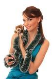 Muchacha con un cachorro de tigre del juguete. Foto de archivo libre de regalías