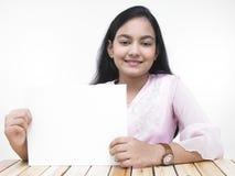Muchacha con un cartel en blanco Fotografía de archivo libre de regalías