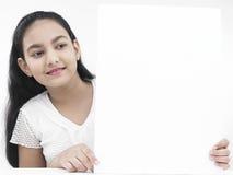 Muchacha con un cartel en blanco Foto de archivo