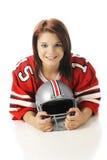 Muchacha con un casco de fútbol americano imagenes de archivo