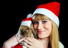 Muchacha con un conejo Fotografía de archivo