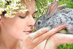 Muchacha con un conejo Fotografía de archivo libre de regalías