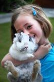Muchacha con un conejo Foto de archivo libre de regalías